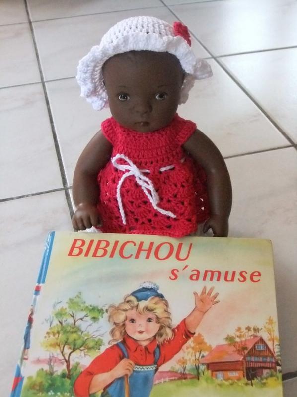 Bibichou est toute contente d'avoir un livre à son nom!