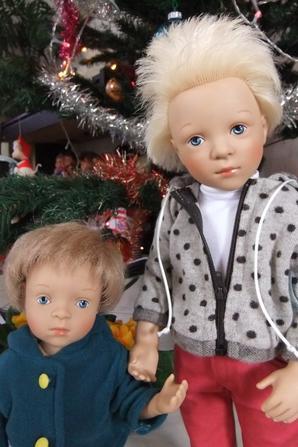 Antonin et Jonas attendaient sous le sapin, les filles vont être contentes!