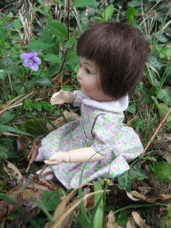 Loulotte s'amuse dans le jardin!