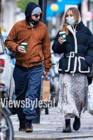 Robert Pattinson en compagnie de Suki dans les rues de Londres le 24/12
