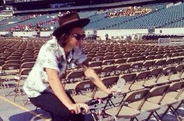 Harry faisant du vélo dans le stade de Philadelphie hier