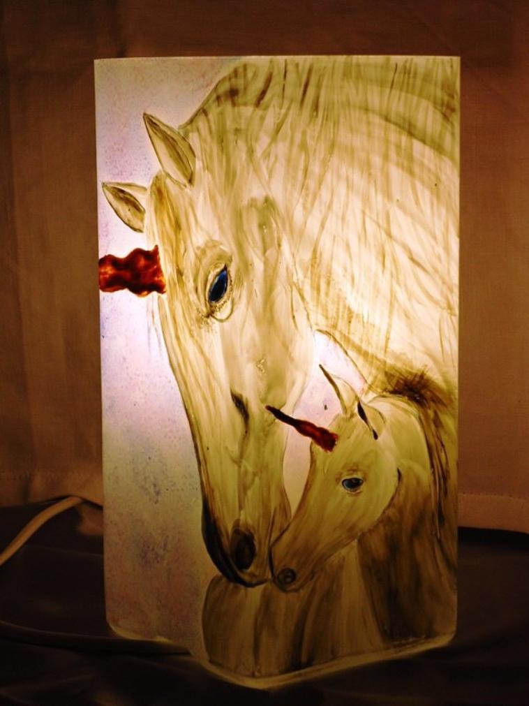 """Lampe de chevet enfant """"LES LICORNES"""" peinte à la main."""