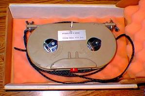 Mon grand format / portable système d'antenne 2kw 80-10m Voyage est l'antenne doublet merveilleuse Hy-Gain HA-4000 en acier inoxydable militaire de bobine de bande. La résiliation est un connecteur N et la bande est calibré pour la fréquence, vous ne devez pas apporter un analyseur d'antenne ou ROS mètre dans le champ.  Ces propositions sont très prisées et difficiles à trouver, si vous regardez assez dur, vous pourrez peut-être trouver un pour une bonne affaire, je l'ai fait.  Conçues pour être utilisées portabilité et le fonctionnement sur des fréquences différentes sont primaire considérations. L'antenne est logée dans un boîtier en plastique moulé tenue de deux bandes d'acier inoxydable calibrés en mètres, décimètres et centimètres. Ces bandes peuvent être étendus à la longueur requise pour une fréquence donnée et verrouillés en place. Un diagramme permanent fréquence à m-conversion est fixé au boîtier d'antenne. Chaque extrémité de la bande est fixée à une longueur de fil de nylon qui agit comme un isolant et un moyen pour fixer l'antenne à des structures de taille appropriée.