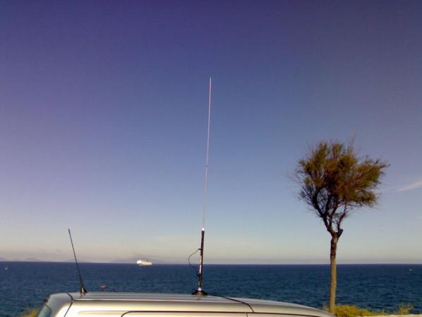 Antenne mobile 11 bandes : 3,55/7,08/14,150/21,250/24,95/27,5/28,30/50,15/145/435/CB(27,100)/118-136 Mhz.  Puissance admissible : 120 W max.  Taille : 1,84 m, 370 gr, connecteur PL 259.