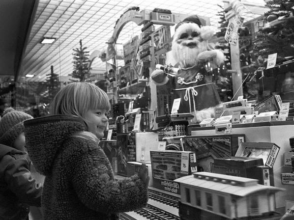 Encore quelques jours à imaginer,à rêver et à s'interroger. Qu' aura déposé le Père Noël, cette année sous le sapin ?..