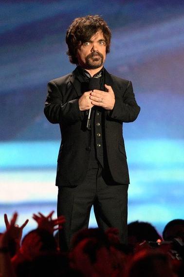 """Peter Dinklage était présent au MTV movie Awards 2013 pour remettre le prix du «génie comique """" à Will Ferrell. Vidéos et photos de l'évènement"""
