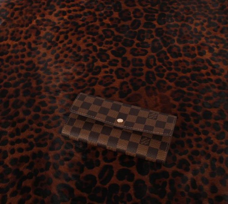 adb635d6c19d Portefeuille Louis vuitton Long model Canvas pour Homme et Femme idéal pour  les personnes tres actives , il permet de ranger de nombreuses cartes recus  ...