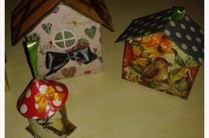 des petites cabanes à oiseaux pour décorer une branche coupée.