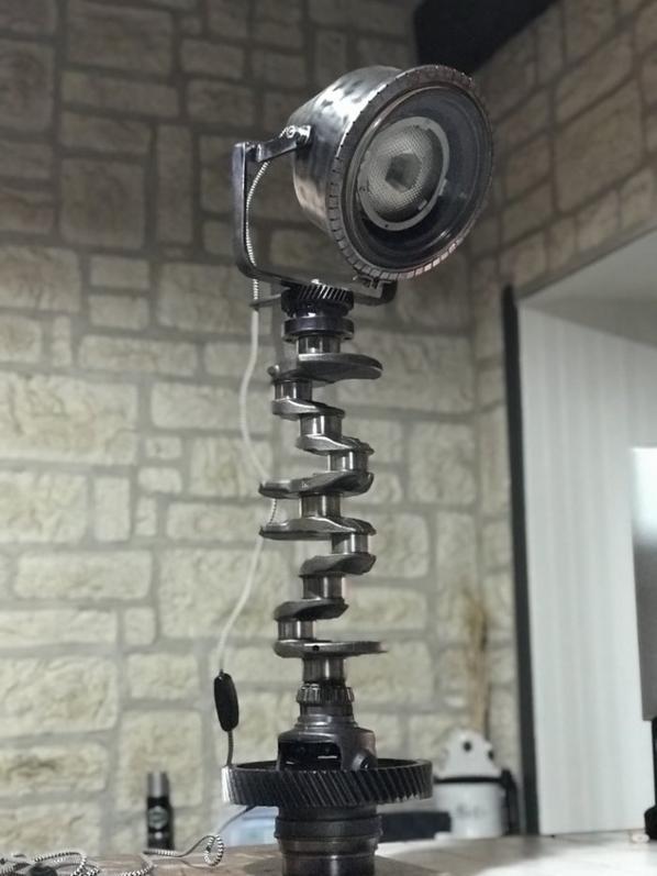 Voilà la ( petite ) nouvelle .. Lampe vilebrequin Haut 86cm, poids 25kg .. traitement au stabilisateur, base avec protection pour vos meubles, projecteur inclinable, droite,gauche, haut et bas .. prix en MP