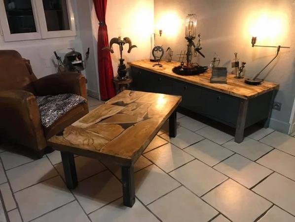 Table en bois subtropicale et résine sur pieds en acier par Falko