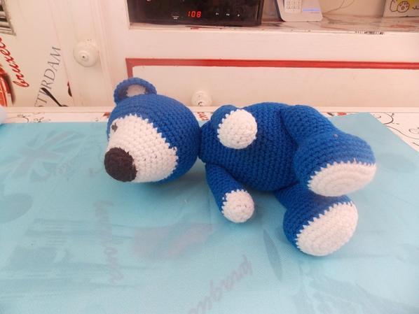un ours bleu