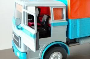 Autre Mercedes ! Mais cette fois-ci c'est un Dinky toys n°917,acheté dans un piteux état sans les bâches à retaper complètement, c'est un petit cadeau de mon frère Mickaël. J'ai pu le refaire en récupérant les pièces manquantes sur des porteurs Altaya et le repeindre entièrement pour lui redonner un aspect sympathique.