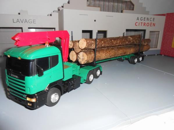 tracteur scania 124L de 400ch en 6x2x4 avec remorque porte bois de chez eligor au 1/43.