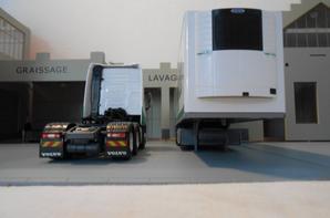 vue de devant et vue de dérriere du trateur volvo fh4 eev de 460ch en 6x2x4 et de la sem-remorque des tp maex de chez eligor au 1/43.