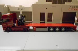 tracteur scania R 500ch avec semi-remorque plateau de chez eligor au 1/43 et une petite transfo du grue au 1/50.