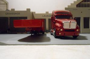 tracteur kenworth t 2000 avec semi-remorque porte char en convoi exceptionel de chez eligor au 1/43.