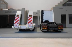 tracteur volvo fh4 eev de 540ch globetrotter en 6x2x4 de chez eligor au 1/43 avec semi-remorque porte char de chez old cars au 1/43.