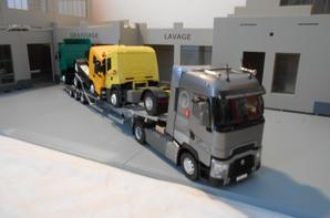 tracteur renault t520ch de chez eligor au 1/43 avec semi-remorque porte camion de marque rolfo centaurus au 1/43.la remorque porte camion a été fait artisanalement fait a la main.