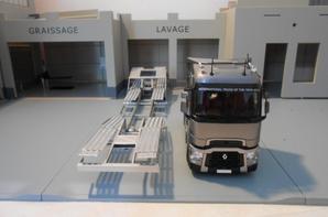 tracteur renault t520ch de chez eligor 1/43 avec semi-remorque porte camion de rolfo centaurus au 1/43.la remorque porte camion a été fait artisanalement fait a la main.