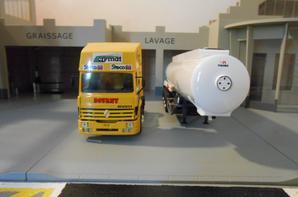 tracteur renault r avec semi-remorque petroliere au 1/43 de chez eligor.