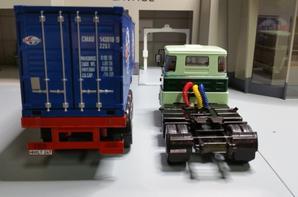 tracteur scania ltb 141 des années (1976-1981) 370ch avec semi-remorque porte container de chez ixo au 1/43.(édition altaya numéro 10 semi-remorque d exception).