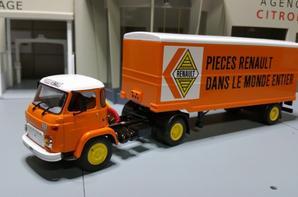tracteur saviem sm 8 t de 135ch (1967-1975) avec une petite semi-remorque fourgon des tp renault au 1/43 de chez ixo.(édition altaya numéro 19 semi-remorques d'exception).