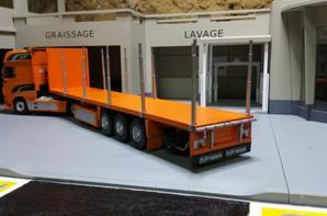 tracteur daf xf 106 euro6 superspace avec semi-remorque plateau porte bois de chez eligor au 1/43.(la remorque à été peint par mais soin).