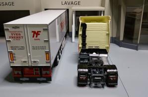 tracteur volvo fh restyle globertrotter avec semi-remorque frigo chereau des tp freret et fils de chez eligor au 1/43.