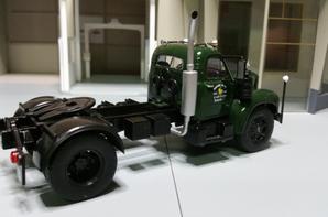un très jolie tracteur Mack B61T de 170ch (1953-1955) de chez ixo au 1/43 (édition altaya).