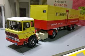 tracteur daf 2600 (1962-1974) avec semi-remorque de tp julian & ellen de chez ixo au 1/43.(édition altaya numéro 35 semi-remorque d'exception).