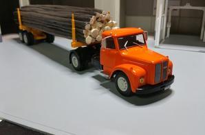 tracteur scania L 110 (1968-1981) avec remorque porte bois de chez ixo au 1/43.(édition altaya numéro 39 semi-remorque d'exception).