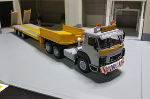 tracteur saurer d330 (1976-1983) avec remorque porte char des tps friderici spécial de chez ixo au 1/43.(édition altaya numéro 41 semi-remorque d'exception).