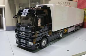 tracteur mercedes-benz actros mp3 black-liner avec semi-remorque chereau frigo modèle eligor au 1/43.