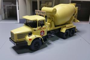 tracteur berliet pmh 12 6x4 porte malaxeur au 1/43.(collection berliet numero 5 hachette).