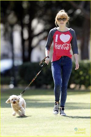 Bella Thorne et son chien et Bella Thorne avec Ross Lynch