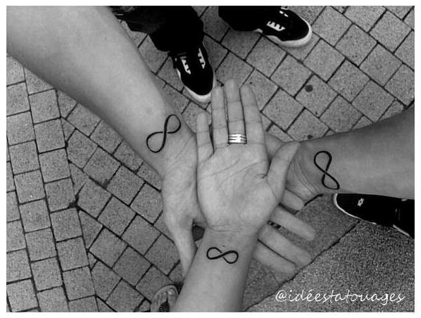 voila un tatouage qui signifie infinie que j'ai fait avec mon frère et ma soeur