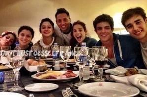 Martina,Alba,Lodo,Cande,Maxi et George a table