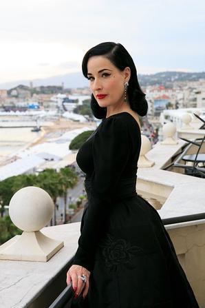 23 mai - Dita Von Teese Visites La Suite Avakian (Cannes)