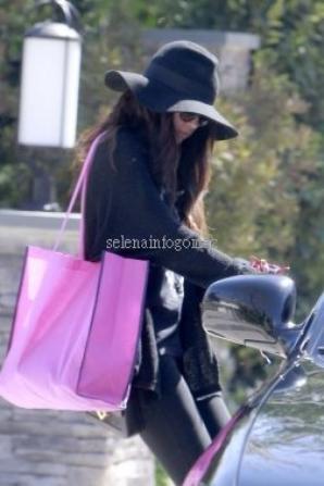 Le 5/03, Selena a été vue en quittant sa maison à Encino, CA.