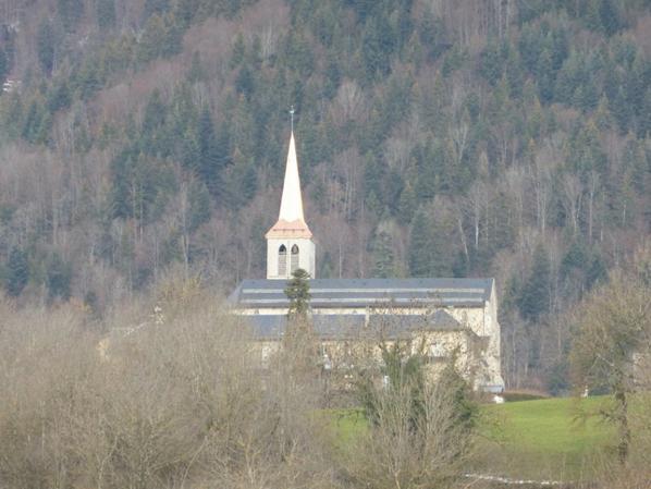 église saint andré de jarsy au clocher fraichement cuivré .