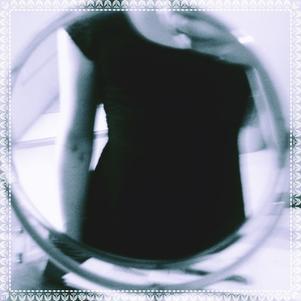 photo de téléphone dans un miroir trop rond