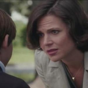 Regina, satisfaite, rend visite à Henry à son école, au beau