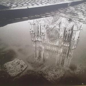 reflet de la cathédrale de Reims dans une flaque d'eau..