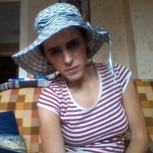 Tenue de demoiselle sophistiquée tee-shirt et chapeau deluxe