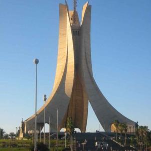 monument aux morts surplombant la ville d'Alger, qui fut ér