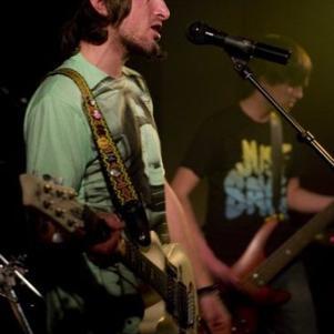 Pierre (chant et guitare rythmique) & Kévin (Basse)