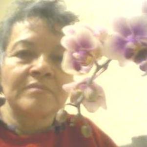Lady Orchidée SAUVAGE avec sa fleur fétiche.