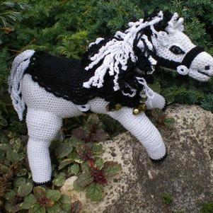 petit cheval blanc realisé entierement au crochet.
