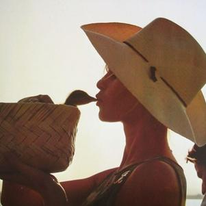 BB avec un petit canard tournage Viva Maria 1965