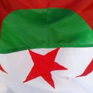 c notre Drapeau Algerien bien sure contre  qu ils nous détes